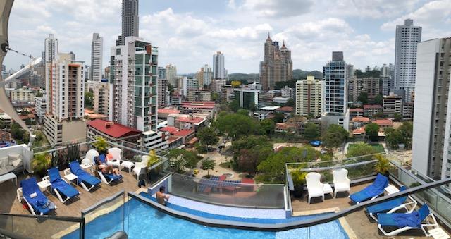 Dernier passage au bord de la piscine de l'hôtel sur le toit terrasse, le 15 avril