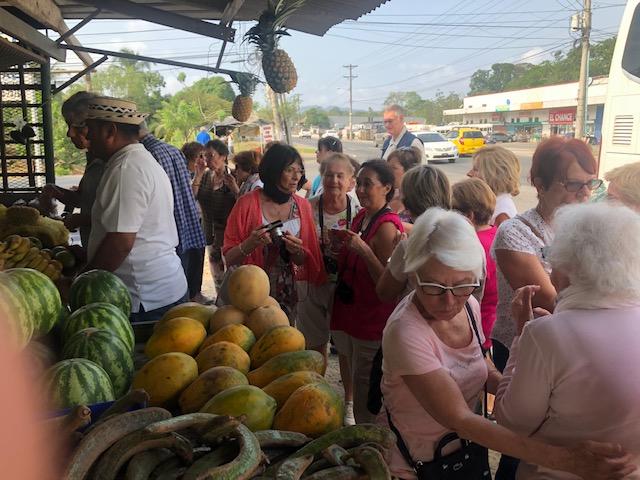 Halte au marché local sur la route d'Embera le 14 avril