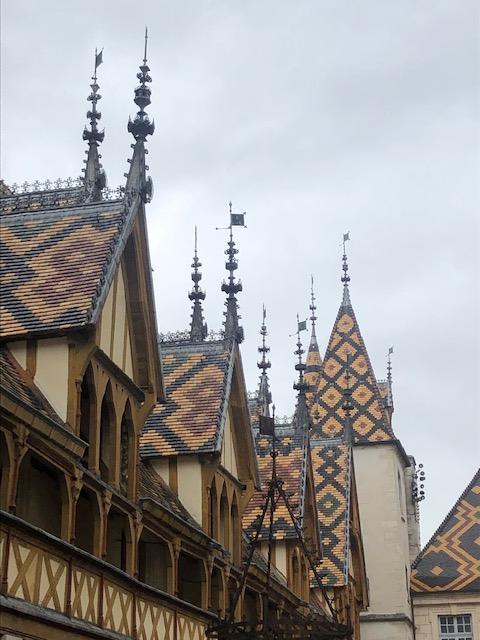 Le magnifique toit en tuiles vernissées des hospices de Beaune