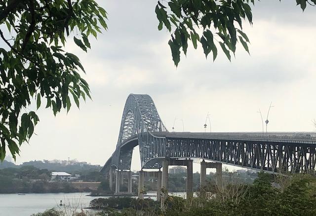 Le pont des Amériques, premier pont construit sur le canal, le 13 avril