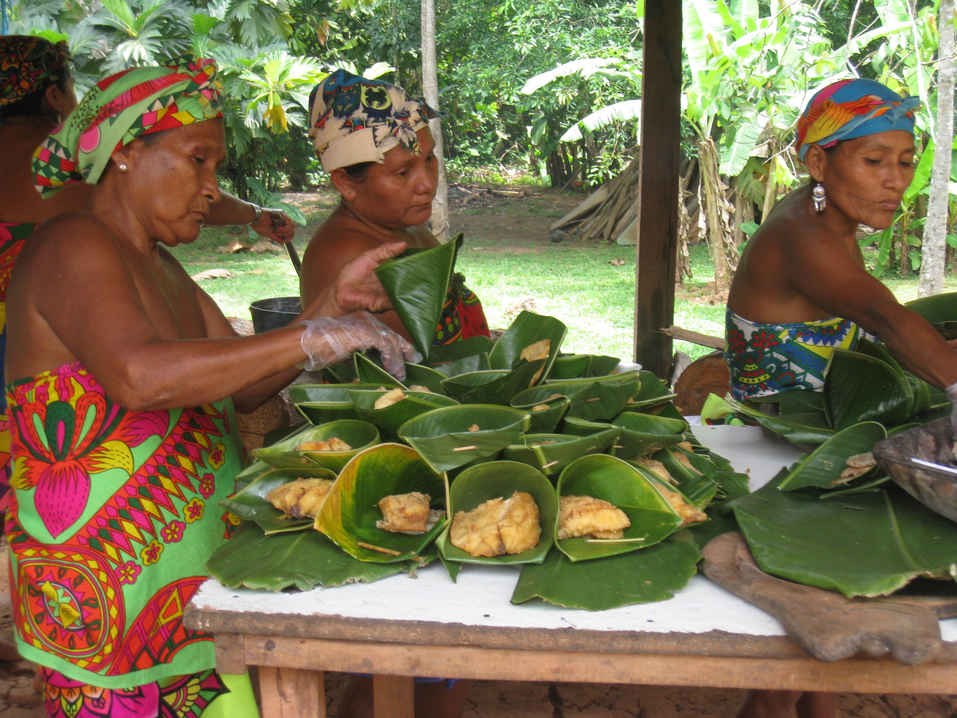 Les femmes préparent notre repas