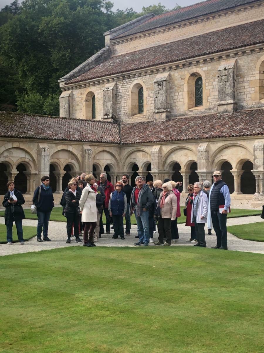 Un groupe bien attentif dans le cloître de l'Abbaye
